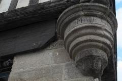 Maison - Deutsch: Haus, Rue Belle-Etoile Nr. 2/Rue au Lait Nr. 8, in Quintin im Département Côtes-d'Armor (Region Bretagne/Frankreich), Konsole mit Inschrift und Jahreszahl 1564