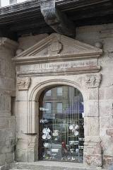 Maison - Deutsch: Portal, Rue au Lait Nr. 8, in Quintin im Département Côtes-d'Armor (Region Bretagne/Frankreich)