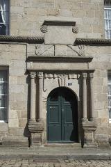 Deux maison - Deutsch: Hauseingang, Rue Notre-Dame Nr. 5, in Quintin im Département Côtes-d'Armor (Region Bretagne/Frankreich)