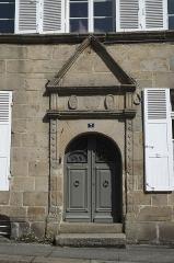 Deux maison - Deutsch: Hauseingang, Rue Notre-Dame Nr. 7, in Quintin im Département Côtes-d'Armor (Region Bretagne/Frankreich)