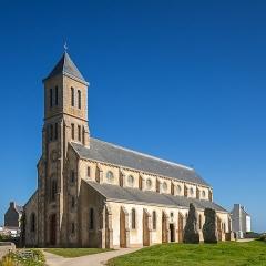 Deux menhirs dits Les Causeurs - Deutsch: Kirche Saint-Guénolé auf der Ile de Sein, Bretagne.