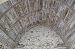 Eglise Saint-Tremeur - Deutsch: Katholische Kirche Saint-Tremeur in Kergloff im Département Finistère (Region Bretagne/Frankreich), Holzdecke mit geschnitzten Balken in der südlichen Vorhalle