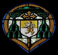 Ancienne abbaye de Saint-Guénolé - Français:   Vitrail de l\'église Saint-Cuffan de Pluguffan (29).Baie 04. Maître verrier: Lucien-Léopold Lubin. Le Sacré-œur. Détail: armes de Mgr Toussaint Conen de Saint-Luc, évêque de Quimper.