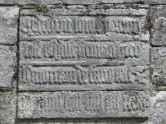 Chapelle Notre-Dame de Kernitron - Inscription en lettres gothiques sur le flanc sud de la chapelle ND de Kernitron en Lanmeur (29).