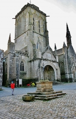 Place de l'Eglise - Français:   Eglise Saint Ronan et le puits sur la place centrale du village de Locronan. Finistère
