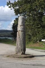 Stèle protohistorique dite Le Fuseau ou La Quenouille de Sainte-Barbe - Français:   Stèle protohistorique dite «Quenouille de Sainte-Barbe», commune de Ploéven, Finistère, Bretagne, France.