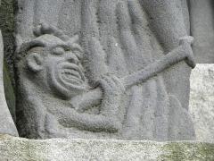 Eglise Saint-Yves - Démon. Détail de la scène de la descente aux Enfers du calvaire de Plougonven (29).