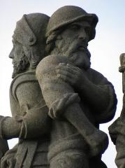 Eglise Saint-Yves - Soldat. Détail de la scène du Christ aux outrages du calvaire de Plougonven (29).