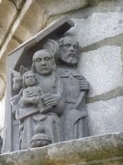 Eglise Saint-Yves - La Sainte-Famille. Détail de la scène de l'Adoration des Mages du calvaire de Plougonven (29).