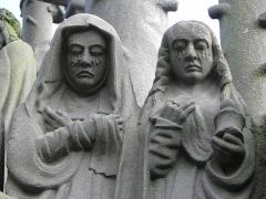 Eglise Saint-Yves - Sainte femme et Marie-Madeleine. Détail de la scène de la mise au Tombeau du calvaire de Plougonven (29).