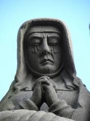 Eglise Saint-Yves - La Vierge. Détail de la scène de la mise au Tombeau du calvaire de Plougonven (29).