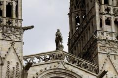 Ancien évêché, actuellement musée départemental breton - Français:   Statue du roi Gradlon située entre les flèches de la cathédrale de Quimper (29).