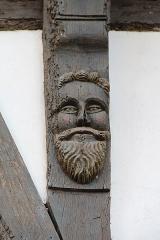 Maison - Français:   Tête sculptée ornant la tournisse d\'une maison à colombages sise au n° 4, rue Dom-Morice à Quimperlé (Finistère, France).