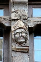 Maison - Français:   Tête sculptée ornant la montant d\'une fenêtre située à l\'étage de la maison sise au n° 4, rue Dom-Morice à Quimperlé (Finistère, France)