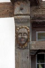Maison - Français:   Tête sculptée ornant la montant d\'une fenêtre située à l\'étage de la maison sise au n° 4, rue Dom-Morice à Quimperlé (Finistère, France).