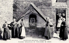 Fontaine dite de la Gloire - Français:   Saint-Pol-de-Léon: la fontaine miraculeuse de Notre-Dame-de-Gloire (carte postale ND Photo, vers 1910)