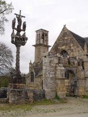 Chapelle Saint-Sébastien, arc de triomphe, calvaire et placître - Deutsch: Saint-Segal (Bretagne, Finistere): Kapelle Saint Sebastien, Calavire und Triumphbogen.