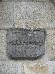 Chapelle Saint-Sébastien, arc de triomphe, calvaire et placître - Armes au chevet de la chapelle Saint-Sébastien en Saint-Ségal (29).