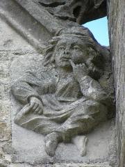 Eglise Saint-Sulpice - Façade sud de l'église Saint-Sulpice de Gennes-sur-Seiche (35). Élément sculpté à la base du rampant droit du pignon de la première chapelle.