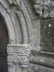 Eglise Saint-Ouen - Extérieur de l'église Saint-Ouen des Iffs (35). Porte du croisillon sud. Détail.
