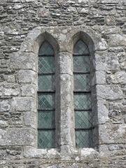 Eglise Saint-Georges - Extérieur de l'église Saint-Georges de Saint-Georges-de-Gréhaigne (35). Façade occidentale.  Fenêtres géminées.
