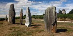 Ensemble mégalithique dénommé alignements de Cojoux - Français:   Ici, les quatre plus hauts menhirs du célèbre «Alignement du Moulin» nommé aussi «la File Sud»! Et en arrière-plan, le moulin qui a donné sont nom à ce site si impressionnant!