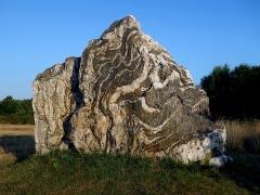 Hémicycle mégalithique et tertre tumulaire - Français:   C\'est la pierre la plus au sud du dispositif de l\'hémicycle du «Tribunal» et aussi la plus marquante. Il s\'agit d\'une grosse pierre mêlant du schiste gris-bleu et du «poudingue de Montfort» montrant de nombreuses lignes blanches qui sont des filons de quartz. On imagine bien pourquoi elle a été sélectionnée pour faire partie d\'un tel monument...