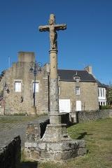 Calvaire situé dans le jardin de l'église - Deutsch: Calvaire in Saint-Lunaire im Département Ille-et-Vilaine (Region Bretagne/Frankreich)