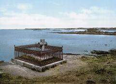 Tombeau de Chateaubriand et ensemble de l'îlot du Grand Bé - English: Tomb of François-René de Chateaubriand (1768-1848), Saint-Malo, sur le Grand Bé face à la mer.