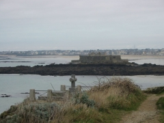 Tombeau de Chateaubriand et ensemble de l'îlot du Grand Bé - English: French writer Chateaubriand's grave (Saint-Malo, France).