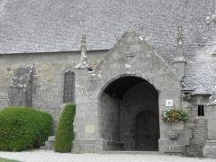 Eglise Saint-Pierre - Extérieur de l'église Saint-Pierre et Saint-Firmin de Saint-Pierre-de-Plesguen (35). Porche méridional.