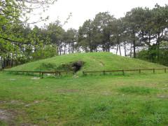 Allée couverte sous tumulus, dolmen du Rocher - Deutsch: Tumulus von Kernours, bei Bono, Morbihan