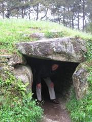 Allée couverte sous tumulus, dolmen du Rocher - Deutsch: Dolmenzugang von Kernours
