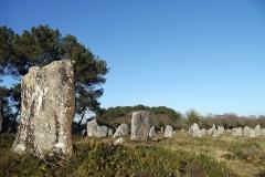 Quatre-vingt-deux menhirs alignés - English: Locmariaquer, France. Alignement de Kerlescan.