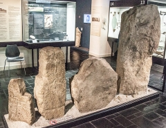 Tumulus à menhir du Moustoir-Carnac -  Stèles_gravées