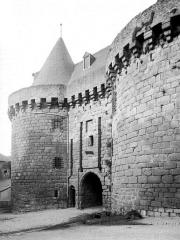 Porte-prison (anciennement porte de Broérech) - Français:   Porte et tours prison avant 1886 (Hennebont)