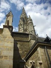 Eglise Notre-Dame-du-Roncier - Français:   Basilique Notre-Dame-du-Roncier de Josselin (Morbihan, France): clocher vu depuis la rue des Vierges