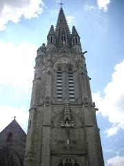 Eglise Notre-Dame-du-Roncier - Basilique Notre-Dame-du-Roncier de Josselin (Morbihan, France): clocher vu depuis la place Alain-de-Rohan