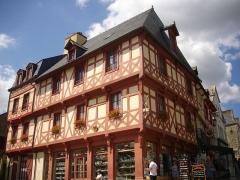 Maison du 15e siècle - Français:   Maison, angle de la place Notre-Dame et de la rue Olivier-de-Clisson, à Josselin (Morbihan, France)