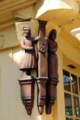 Vieilles maisons - Français:   Sculpture en chêne ornant le pilier d\'angle de la maison (XVIe siècle) sise au n° 27 de la rue Olivier de Clisson à Josselin (Morbihan, France).