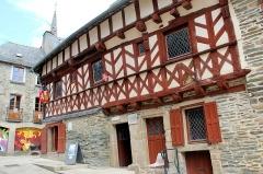 Deux maisons en pans de bois - Français:   La maison d\'angle, rue des Trente à Josselin (Morbihan, France).