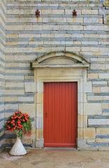 Eglise Saint-Cyr - Français:   Église Saint-Cyr (Moréac): porte secondaire au sud, alternance granit et schiste visble au niveau du mur