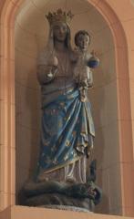 Eglise Saint-Cyr - Français:   Église Saint-Cyr (Moréac): statue de vierge à l\'enfant piétinant un dragon