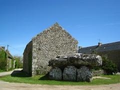 Dolmen de Crucuno - Français:   Dolmen de Crucuno, adossé à une ferme abandonnée.