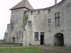 Château de la Roche -  Château de la Roche, (France). Entrée du château vue de la cour intérieure