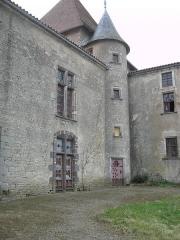 Château de la Roche -  Château de la Roche, (France). Cour intérieure: la tour d\'angle