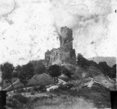Château fort de Tournoël - Fonds Trutat - Photographie ancienne  Cote: TRU C 3027 Localisation: Fonds ancien (S 30)  Original non communicable  Titre: Donjon en ruines sur une motte, paysage de campagne  Auteur: Trutat, Eugène Rôle de l'auteur: Photographe Date de création: 1859-1910 [entre]  Mesures:: 8,5 x 10 cm  Mot(s)-clé(s):  -- Campagne -- Motte -- Ruines -- Donjon -- Fortification -- Route -- Arbre  -- 19e siècle, 2e moitié -- 20e siècle, 1e quart  Médium: Photographies -- Positifs sur plaque de verre -- Noir et blanc -- Paysages -- Tâche  numerique.bibliotheque.toulouse.fr/cgi-bin/library?c=phot...  Bibliothèque de Toulouse. Domaine public
