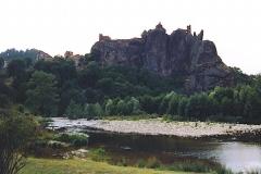 Restes du Château fort -  Arlempdes, comm. de la Haute-Loire, France (région Auvergne).   Le château sur son piton rocheux surplombant la Loire. Vue prise depuis l'est.