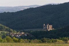Ruines du Château fort - Français:   Domeyrat (Haute-Loire, France) et son château en ruine, vus depuis le nord-est, près du hameau Le Pin (commune de Frugières-le-Pin).
