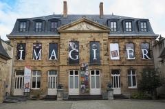 Hôtel de Mora, actuellement musée de l'illustration jeunesse - Deutsch: Hôtel de Mora, Musée de l'illustration jeunesse, in Moulins im Département Allier (Auvergne-Rhône-Alpes/Frankreich)